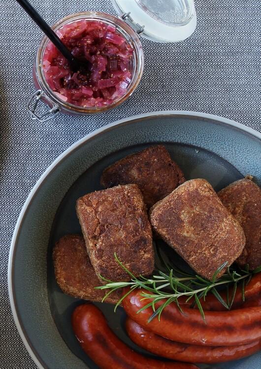 Stegt grød med kålpølser og løgkompot