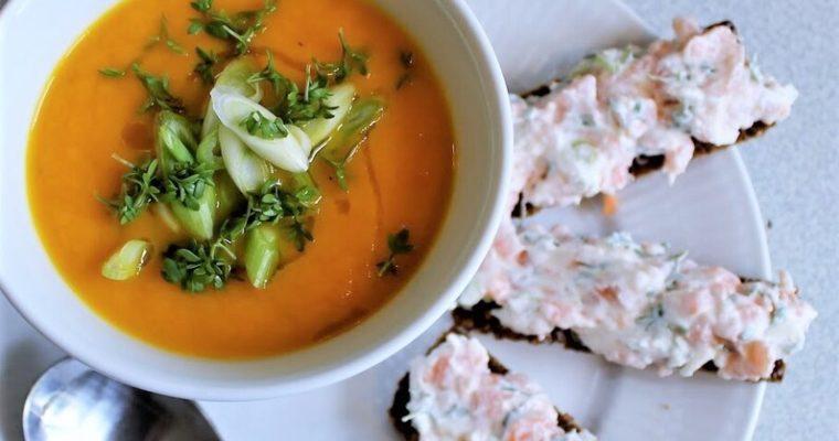 Gulerodssuppe med ristet rugbrød og laksetatar