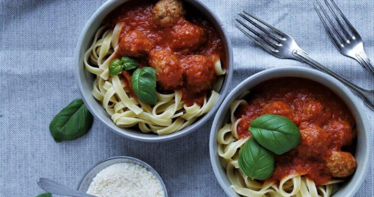 Pasta med tomatsauce og kødboller