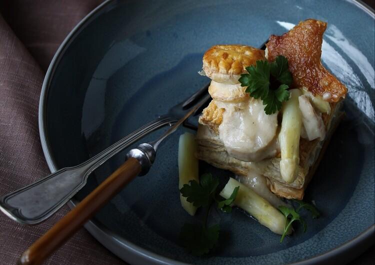 Kylling og hvide asparges i cremet sauce & sprødt skind