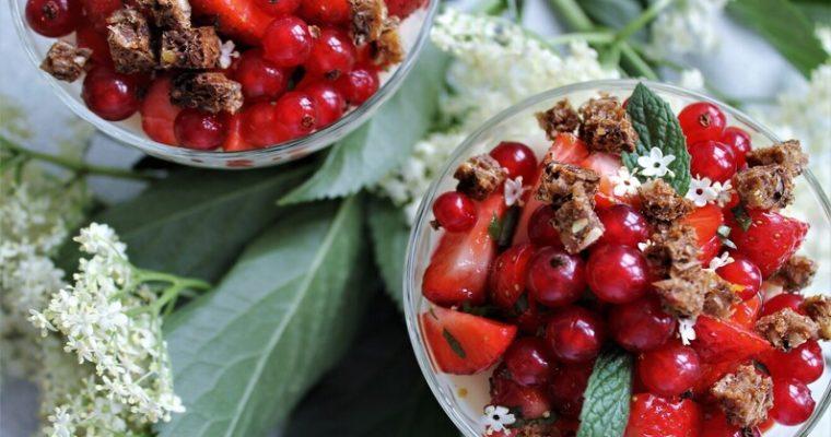 Hyldeblomstfromage med jordbær og ribs