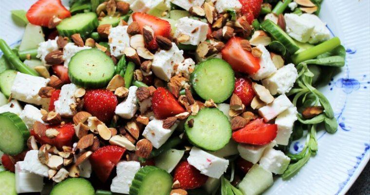 Jordbærsalat med asparges og feta