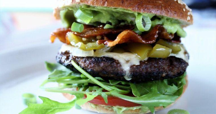 Burger med grøn peberfrugtrelish og kandiseret bacon