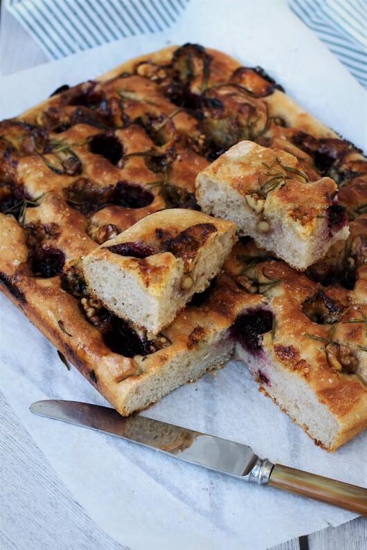 Focaccia med brombær, ost, valnødder og honning