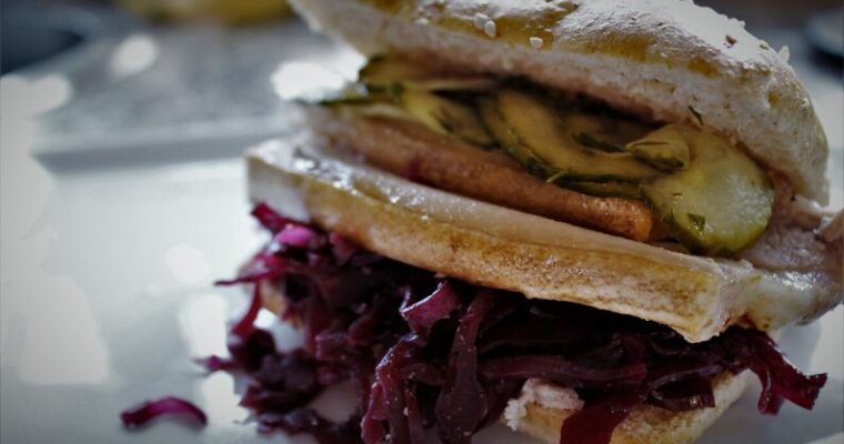 Ribbensandwich med hjemmelavet rødkål