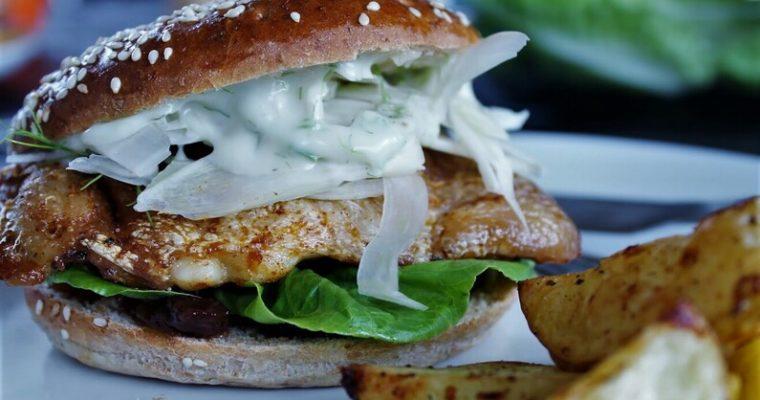 Burger med kyllingeoverlår og chutney