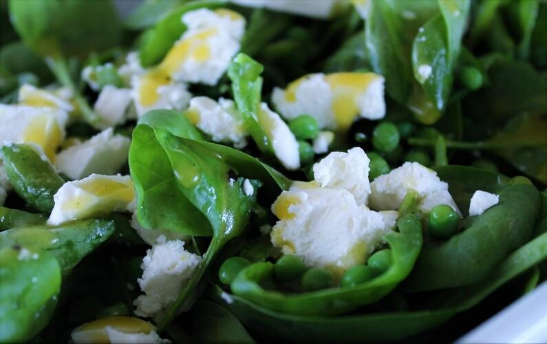 Spinatsalat med ærter og feta