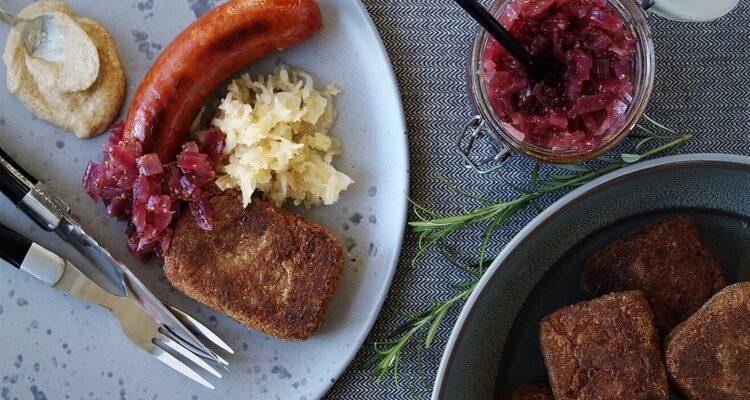 Stegt grød med kålpølser, løgkompot og sennep