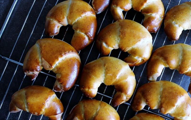 Kærnemælkshorn med rabarber og marcipan