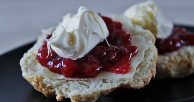 Rosinscones med clotted cream